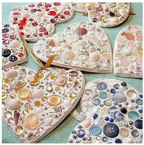 | Corazones con gemas, piedras, botones & caracoles|