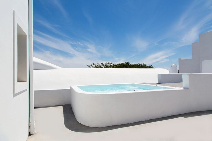 Aqua Vista Hotels Signs Multi-annual Rental Contract with Santorini's 'Ayoba Suites'.
