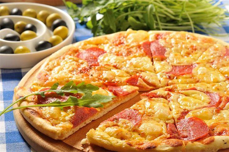 Пицца салями Расчет ингредиентов на две пиццы, потому что вряд-ли вы будете печь одну - овчинка выделки не стоит, а вот две или четыре - то, что надо, особенно, когда гостей ждете....