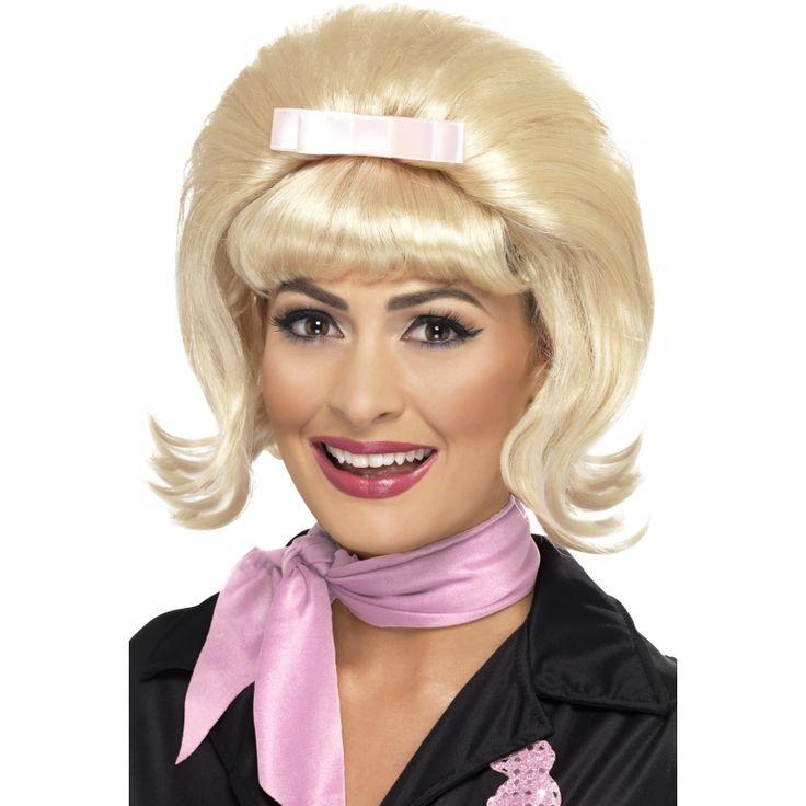 Blonde jaren 50 pruik voor dames  Jaren 50 pruik met blond haar. Blonde dames pruik met het typische bolle kapsel van de jaren 50! Deze fifties pruik heeft een korte pony met een lichtroze strikje.  EUR 16.50  Meer informatie