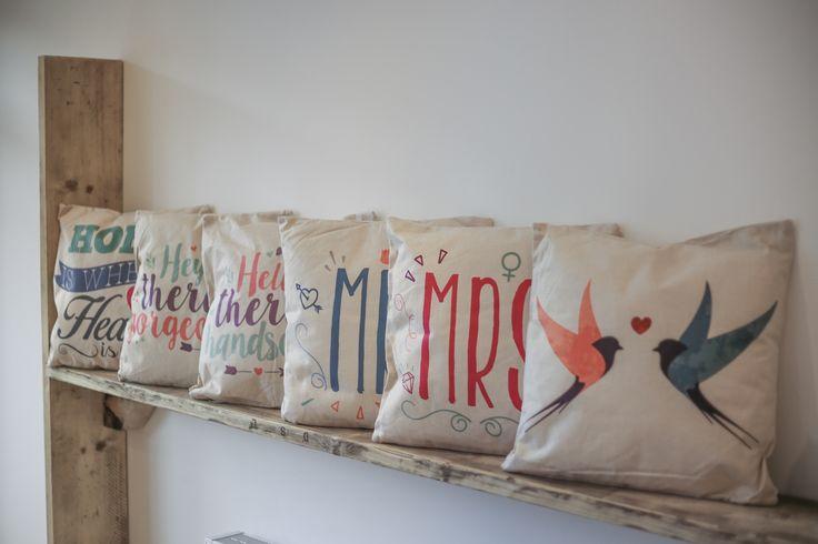 Cojines neutros con motivos y letras divertidas. Decoración del hogar #cojines #con #texto #animales