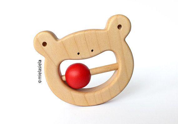 Handgefertigt aus Holz Rassel Frosch.  Unser Spielzeug Kinderkrankheiten sind bequem für Babys und halten in ihren kleinen Händen, angenehm anfühlt und sind sicher, die gekaut werden.  Hergestellt aus natürlichen, qualitativ hochwertige Ahornholz. Holz ist natürlich antibakterielle, nicht allergen und ungiftige Material. Spielzeug ist satin geschliffen glatte, polierte mit rohem Leinsamen Öl. Öl schließt die winzigen Poren im Holz, so dass das Spielzeug leichter zu reinigen und dadurch…