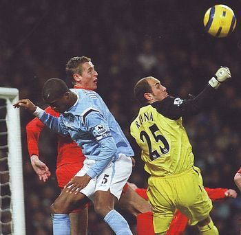 Man City 0 Liverpool 1 in Nov 2005 at Eastlands. Pepe Reina just gets a hand to the ball as City look for the equaliser #Prem