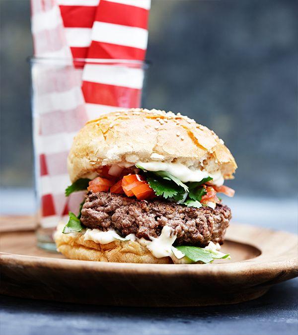 Opskrift fra Hellmanns Big Burger Book: Popping Candy Burger. Burger med oksekød, tomater og Hellmans mayonnaise.