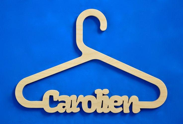 Kledinghanger model Carolien met eigen naam. (Aantal kledinghangers 1) | Kinder- en baby kamer decoratie gepersonaliseerd. | wooden-gifts