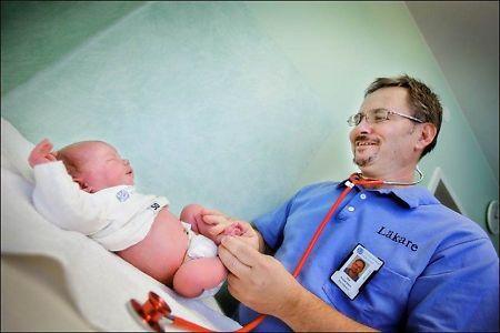 FORSKER: Forsker, barnelege og ekspert på nyfødte, Ola Andersson, skal i en ny studie sjekke om tidlig avnavling øker risikoen for hjerneskader og atferdsproblemer. Foto: FRÖKEN FOKUS