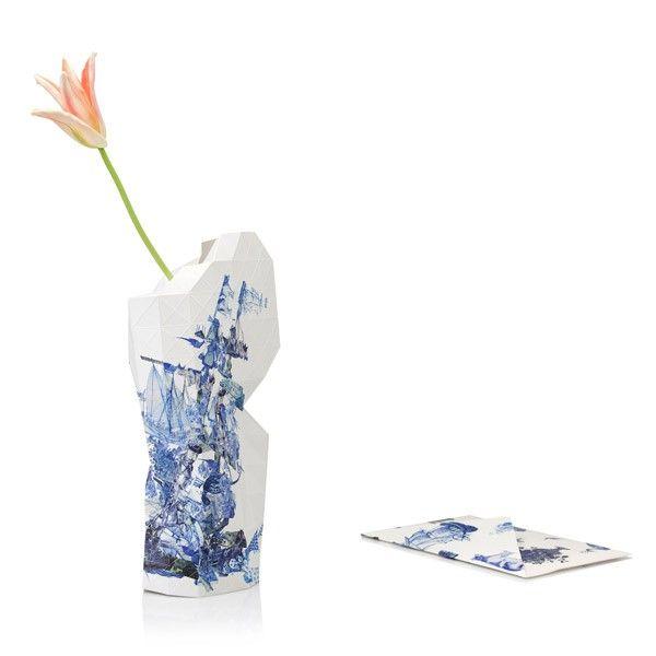 Paper Vase Cover is een huid van papier die je om een lege fles vouwt. Zo heb je in een handomdraai een spectaculaire vaas! Door de driehoekige structuur in het papier kun je de vaas zelf vormgeven. Paper Vase Cover Delft Blue heeft een Oud Hollandsch karakter. Florisgifts - Stand 814