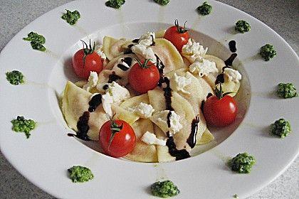 Ravioli mit Tomaten - Mozzarella Füllung, Basilikum-Pesto und Crema All´ Aceto Balsamico