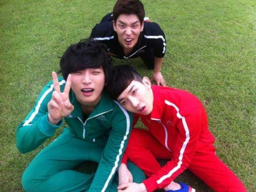 2AM's Lee Chang Min, Jung Min Woong and Jo Kwon Take a Goofy Picture in Sweats - MNET