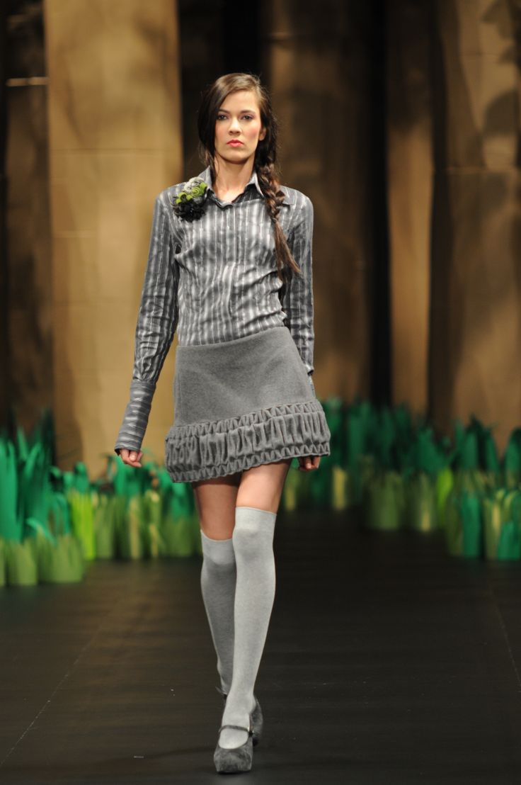 Camisa gris a rayas y falda en paño con smock