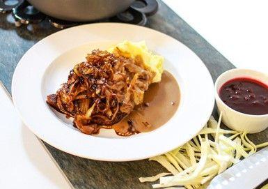Kålpudding med potatismos och brunsås