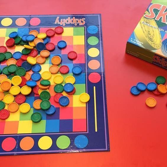 Renkli skipperlar (renkli pullar) oyun tahtasına rastgele dizilir. Oyunun amacı;  bir skipper ı diğer skipper ın üzerinden atlatarak onu kazanmak ve en çok sayıda skipper seti oluşturmaktır. Bir set her renk skipper dan oluşur (yani pembe, sarı, turuncu, yeşil, mavi renklerin oluşan 5 farklı renkteki puldan) Bu oyun el becerileri, dikkat, konsantrasyon, bağlantısal düşünme ve problem çözme becerilerine katkı sağlar. Sipariş için www.kidolina.com  Fiyat:74,89 TL #kidolina #ogrenmenin...