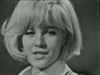 Âge tendre et tête de bois - Sylvie VARTAN. On fait un retour en 1964, avec l'émission culte d'Albert RAISNER Âge tendre et tête de bois. Dans la cour de récré des jeunes talents, on danse, on chante et on...