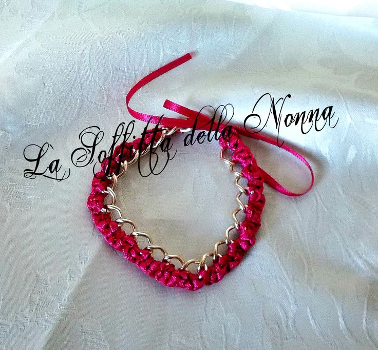 Braccialetto con catena e nastro in doppio raso lavorato ad uncinetto. Chain-bracelet with crocheted satin ribbon