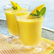 Smoothie de limón y melón (sin alcohol) Ingredientes: 1 limón 2 taza de cubos de melón 1/3 taza de melocotón cortado en cubitos 1 cucharada de miel 3 cubos de hielo Preparación: Ralla cáscara del limón y obtén 1/2 cucharadita de su jugo. En la licuadora, combina la cáscara de limón, el jugo de limón, el melón, el melocotón, la miel y hielo. Mezcla hasta que la mezcla esté suave y espumosa. Vierte la mezcla en un vaso alto. #jugos