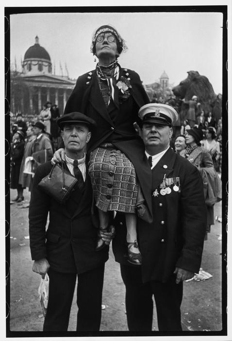 Αναμονή στην πλατεία Τραφάλγκαρ, στο Λονδίνο,   για την παρέλαση στέψης του βασιλιά Γεωργίου VI 1937
