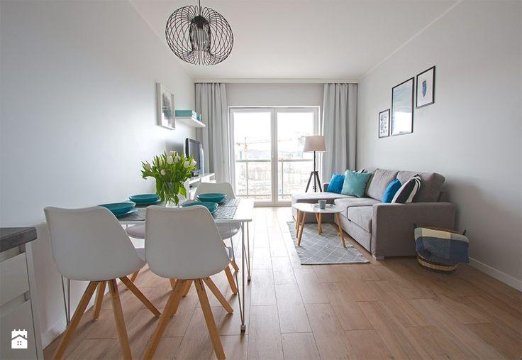Home Staging mieszkania na wynajem - Średni salon z jadalnią z tarasem / balkonem, styl skandynawski - zdjęcie od Nowe4Ściany