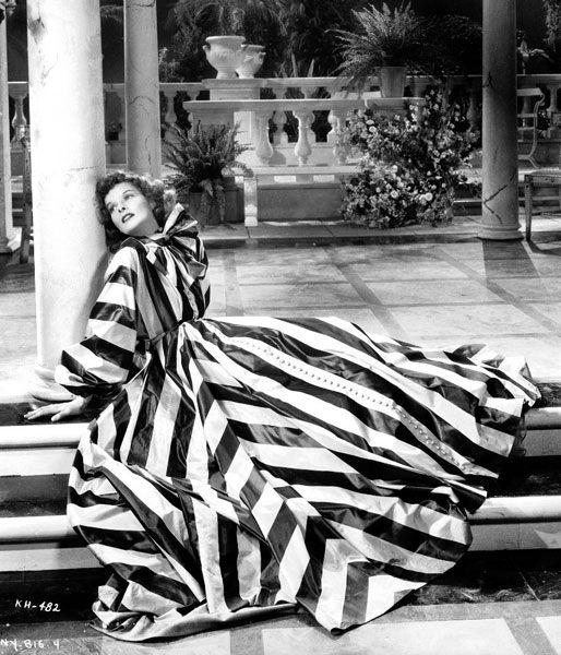 Anni Quaranta. Dieci anni più tardi il corpo femminile è tornato a sgonfiarsi. All'alba della Seconda guerra mondiale sono tornati di moda i fisici asciutti e longilinei, non molto diversi da quelli in voga vent'anni prima. Così gli anni Quaranta hanno visto le donne più alte, slanciate, longilinee. Con uno slancio sexy sconosciuto fino a quel momento. Così come ha ampiamente dimostrato l'attrice simbolo Katherine Hepburn.