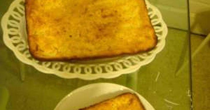 Fabulosa receta para Enyucado . El enyucado es un pastel de mandioca o yuca y coco muy típico de la costa caribeña colombiana. Es una pastel muy jugoso que se sirve con una ensalada de frutas que lleven papaya, plátanos, granadilla, piña, lima, etc.