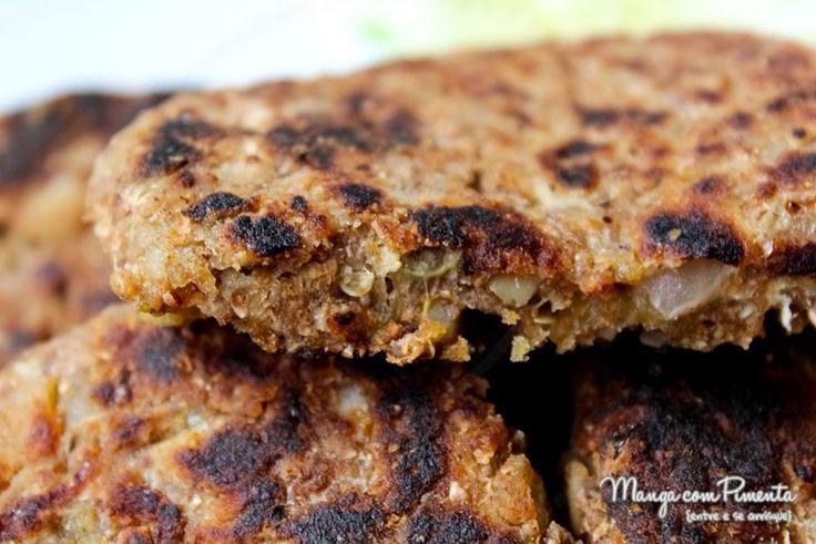 Hambúrguer de Berinjela deixa qualquer hambúrguer perfeito para um lanche entre amigos. Clique na foto para ver o modo de preparo no blog Manga com Pimenta.