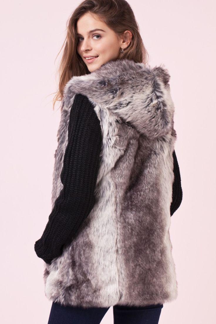 Gilet con cappuccio e pelliccia sintetica, senza maniche, aperto sul davanti, lunghezza media, vestibilità comoda.