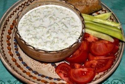 Tzatziki - Delicios si racoritor, acest sos grecesc este perfect pentru a fi servit ca aperitiv cu pita, ca sos pentru carne sau peste la gratar sau ca topping pentru sandvis sau hamburger.