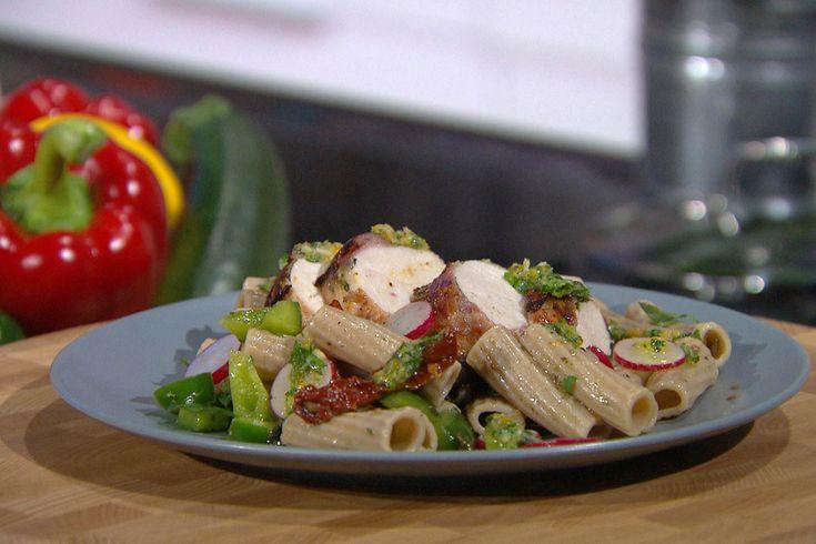 Kip met dragon en ontbijtspek + kruidige pastasalade | Vleeschwaar recept van 24Kitchen