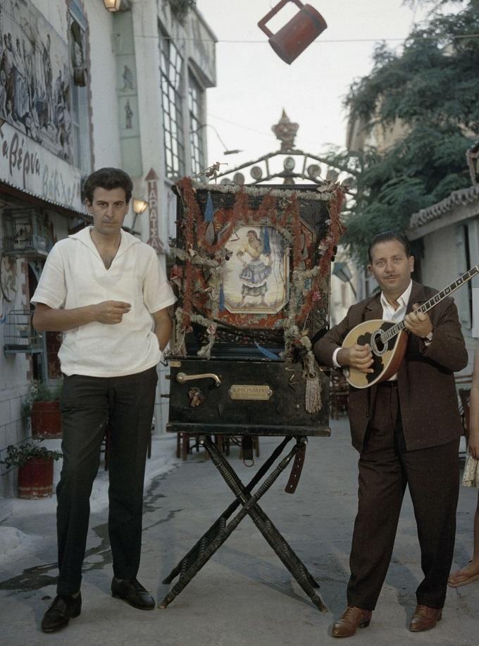 Μίκης Θεοδωράκης και Γιώργος Ζαμπέτας στην Πλάκα. Mikis Theodorakis and Giorgos Zambetas in Plaka, Athen 1961