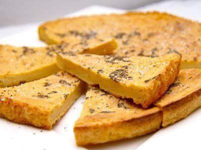 In Italië is kikkererwtenbrood of farinata een Ligurische specialiteit. Ik maak deze farinata op de meest eenvoudige manier, dus alleen kikkererwtenmeel met wat zeezout en rozemarijn. Je kunt de farinata ook bekleden met garnalen, tomaten of pancetta. Kikkererwten worden al zeker 8000 jaar geteeld en dan vooral in het subtropische klimaat en voor mensen die geen tarwe verdragen is dit een uitkomst.