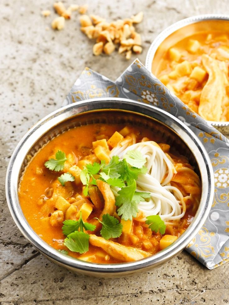 Curry met een frisse toets :Kook de noedels al dente in gezouten water.Smelt boter in een pan met dikke bodem en bak er de kipfilet mooi bruin en gaar in.Voeg in een pan eetlepel per eetlepel de bloem toe en roer goed. Laat zachtjes een minuut garen op een laag vuur. Voeg er de rode currypasta, kardemom, gember en komijnpoeder aan toe en bak even mee. Voeg daarna steeds kleine scheutjes kippenbouillon toe en blijf roeren, totdat je een mooi gebonden saus hebt. Voeg de sojaroom toe en