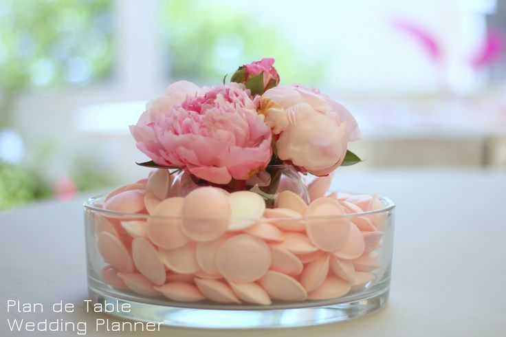Centre de table mariage gourmand Centerpice made with candies and peonies for a sweet wedding table www.myplandetable.com: