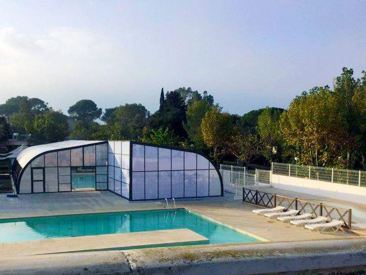 Abri fixe posé sur la piscine de l'espace aquatique du Camping Le Fréjus.