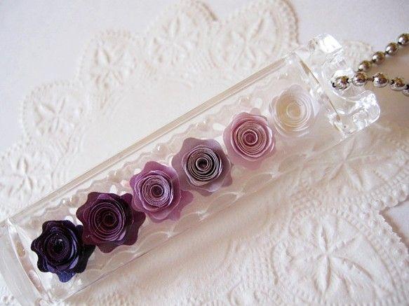 ◆ハマナカ製のアクリルのケースに、 タント紙で作った巻きバラを入れたキーホルダーです。◆紫から白へのグラデーションがとても綺麗です。◆サイズは、幅1.7cm ...|ハンドメイド、手作り、手仕事品の通販・販売・購入ならCreema。