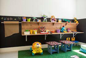 Caixas de plástico, armário repaginado e bancada feita com MDF garantem a facilidade na hora de guardar os brinquedos sem limitar a diversão dos pequenos.