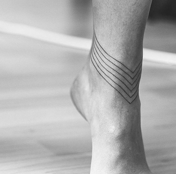 Single line around right ankle.