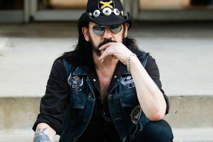 Emerson Lake And Palmer'ın road manager'lığını ve Jimi Hendrix'in roadie'liğini yapmış olan, Motörhead'in kurucusu ve beyni. Daha çocukken herkesten sürekli borç istediği için lemmy (let me) lakabını aldı. 23 yaşında bass gitar çalmaya başladı ve 1975'te, Hawkwind'den kovulduktan sonra Motörhead'i kurdu. Devamı: http://bagimsizdegisken.com/portfolio/ian-lemmy-kilmister