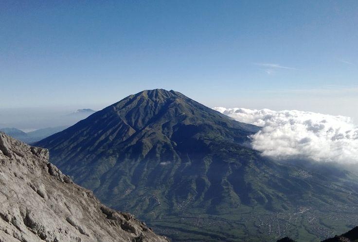 Puncak Gunung Merbabu dilihat dari (hampir) puncak Merapi #mountain #travel