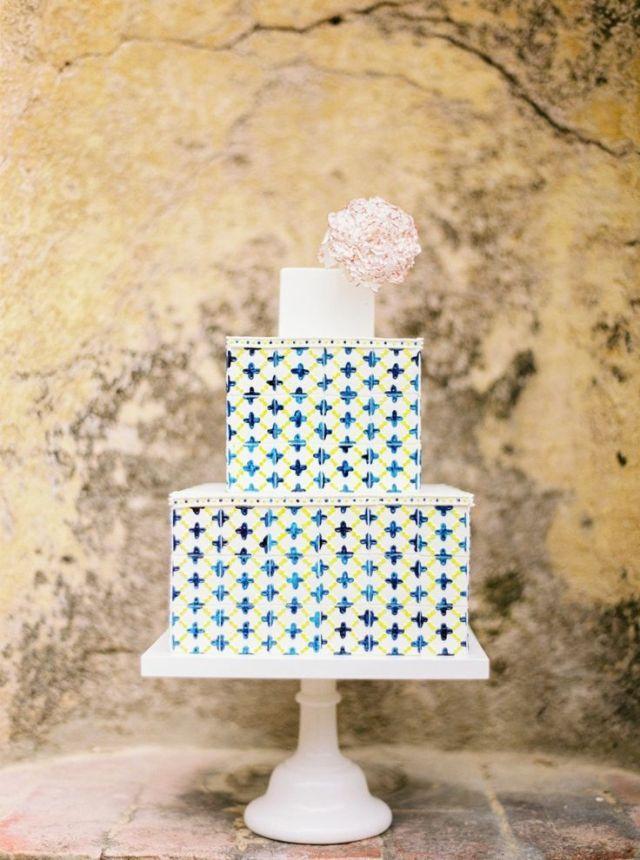 Een vrolijke vierkante bruidstaart #vierkant #bruidstaart #bruiloft #trouwen #inspiratie #wedding #cake #inspiration Vierkante bruidstaarten: hot new trend | ThePerfectWedding.nl | Fotocredit: Branco Prata