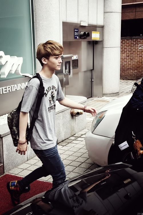 Chen outside of the SMENT building. O_O