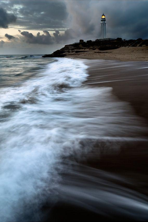 Faro de Trafalgar desde la orilla del Océano Atlántico. Vía Sergio M. Cameno