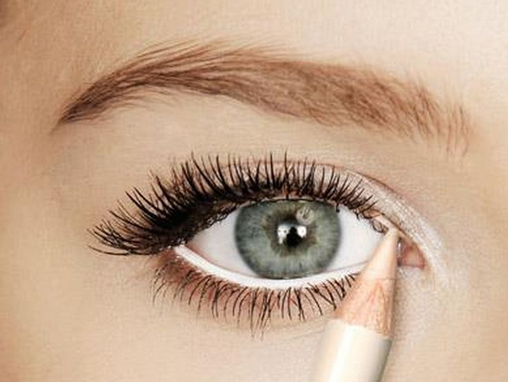 5 Ways to Make Your Eyes Look (MUCH) Bigger! Blended softer shade eyeliner on top lids. Bold, black lined makes eyes appear smaller. White-nude pencil creates optical illusion on bottom.