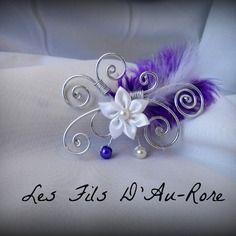 """Bijoux pour cheveux mariage """"anora""""  fil aluminium argenté et fleur en satin blanche avec plumes violette"""