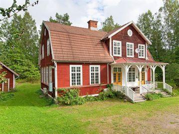Det här var en skola en gång i tiden. Nu är huset till salu för 695 000 kronor.