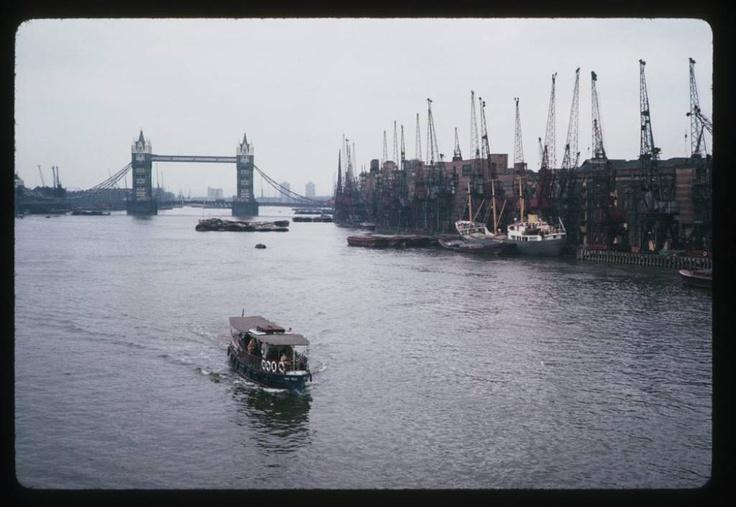 El río Támesis, y de fondo el Puente de #Londres (1 de enero de 1965):