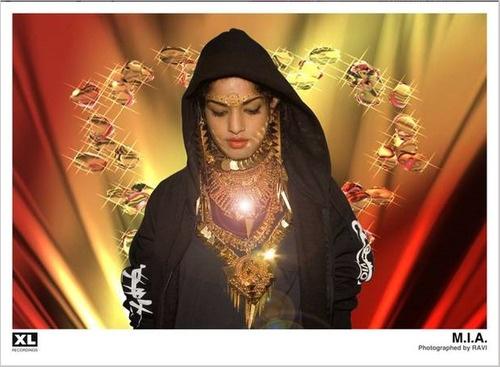 M.I.A. combina algo súper tradicional, pero para nosotras occidentales desconocido, que són las joyas de estilo indio hasta en la cara con una pedazo de sudadera que le va grande de color negro atrevidamente y le queda bien.