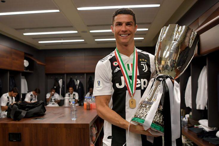 Cristiano Ronaldos Juventus dressing room selfie falls