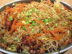 Chinesisch gebratene Nudeln mit Hühnchenfleisch, Ei und Gemüse, ein raffiniertes Rezept aus der Kategorie Studentenküche. Bewertungen: 311. Durchschnitt: Ø 4,5.