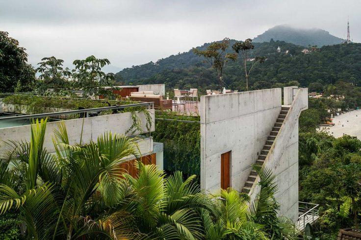 Бетонный дом у океана в Бразилии