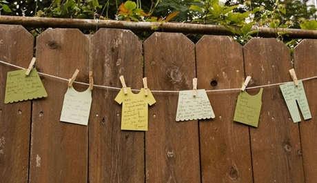"""Веселый набор Mélangerie Inc под названием """"Грязное белье"""" представляет собой несколько картонных штанишек, футболочек, юбочек, маечек, бельевую веревку и прищепки. Все это вы можете сделать сами, только лишь взглянув на фотографии для вдохновения.    Прекрасный вариант для развлечения на вечеринке в честь дня рождения или просто игры с друзьями или детьми. На импровизированной одежке можно писать пожелания, рисовать картинки или просто развесить по дому или саду в качестве декора"""