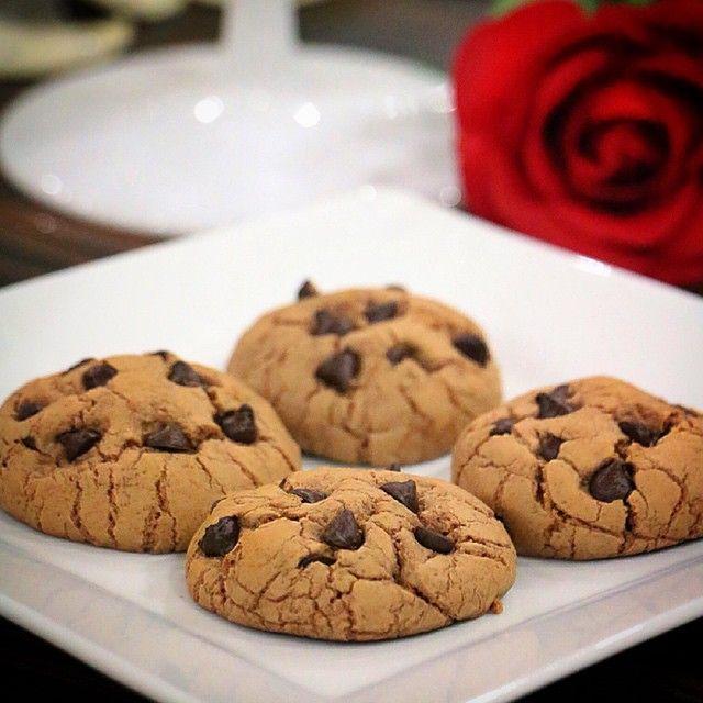 Amerikan cookies) Malzemeler 1 yumurta 80 gram sütlü çikolata 100 gram margarin veya tereyağ 1 su bardağının 2/3 kadar şeker 1 buçuk- 2 su bardağı kadar un 1 tatlı kaşığı vanilya 1 tatlı kaşığı kabartma tozu 1 çimdik tuz 1 taylı kaşığı nescafe (1 yemek kaşığı sıcak suda eritilecek) Üzeri için 1 su bardağı damla çikolatala Tereyağ ve çik